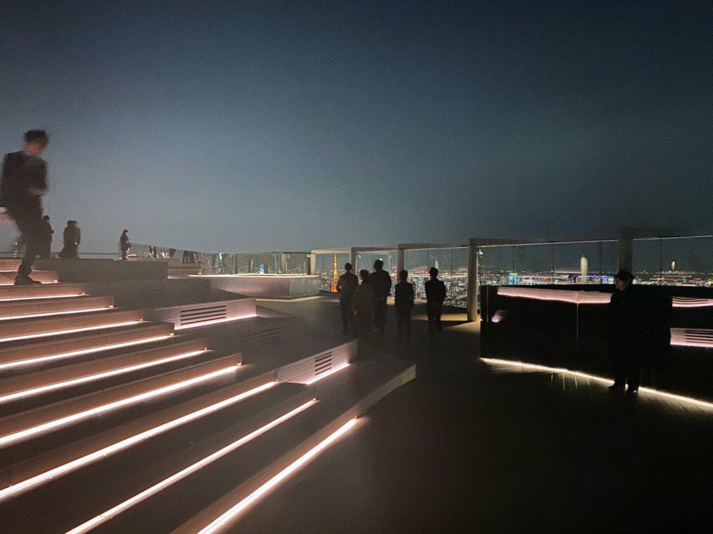 高さ約230mに位置する屋上展