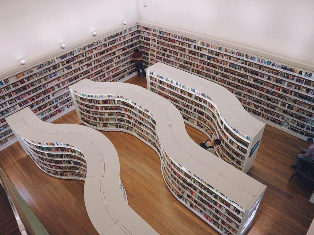 10万冊以上の本を保管する図書