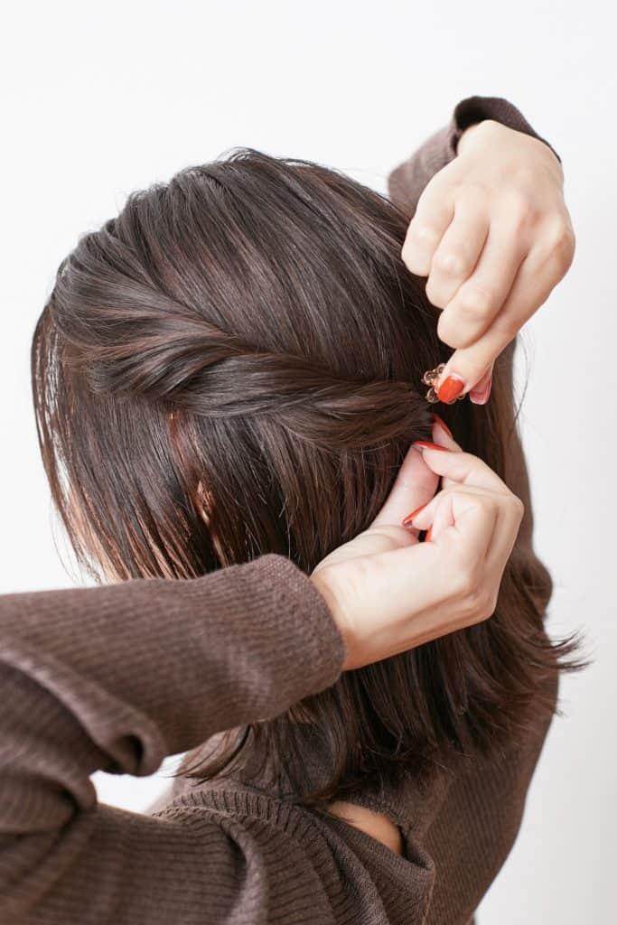ヘアクリップで留めるときは、毛