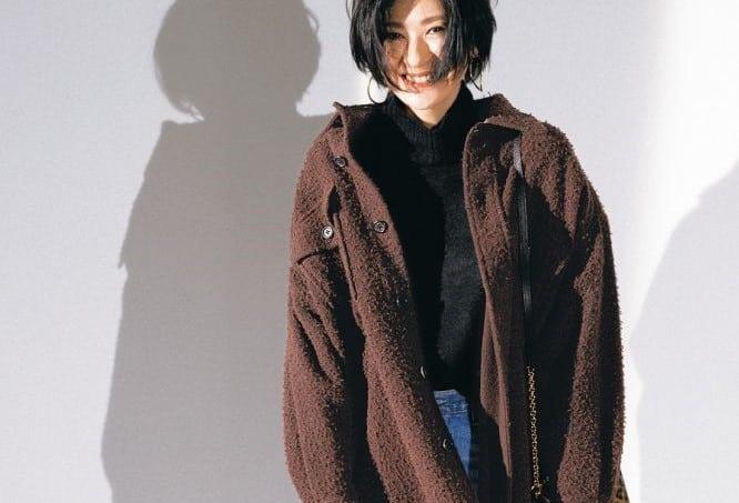 冬コーデの定番「ニット×デニム」をヘルシーで女っぽくする方法