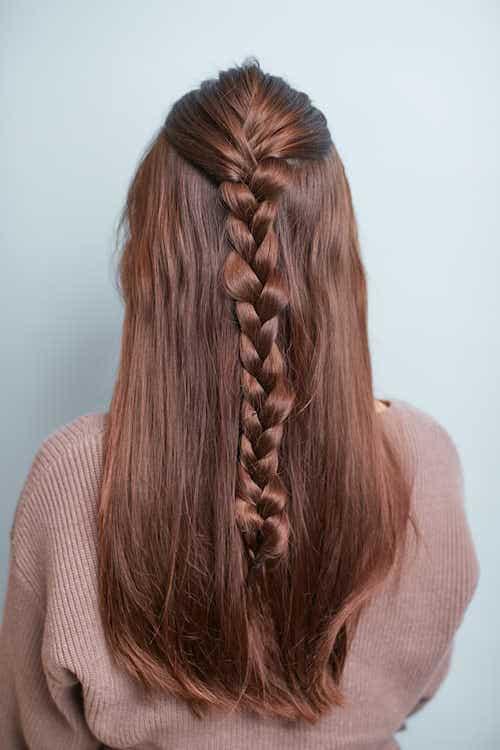 髪が長い人は、ポニーテールの毛