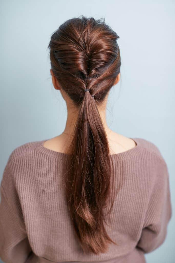 髪が長い人は、「ポニーテール」
