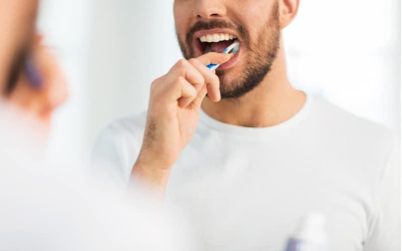「夫の歯ブラシで洗面所の掃除を