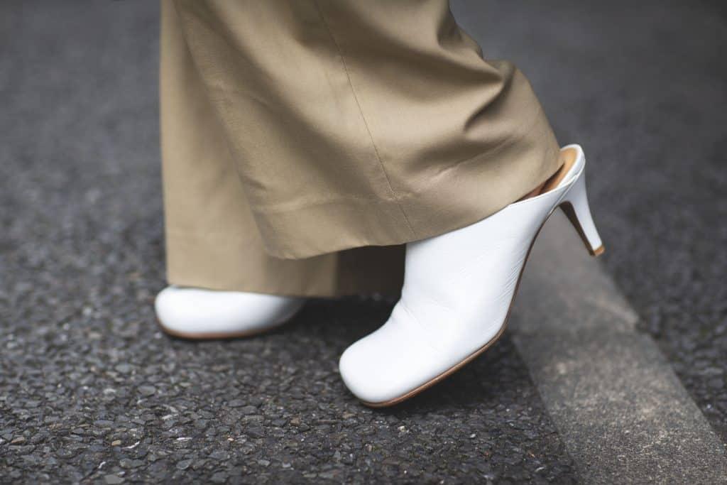 「トップス、パンツ、靴をベージ