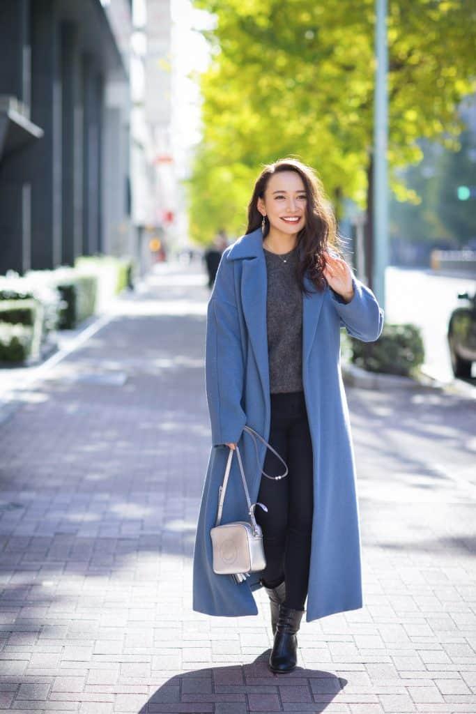 『きれい色のコートを着る時は肩