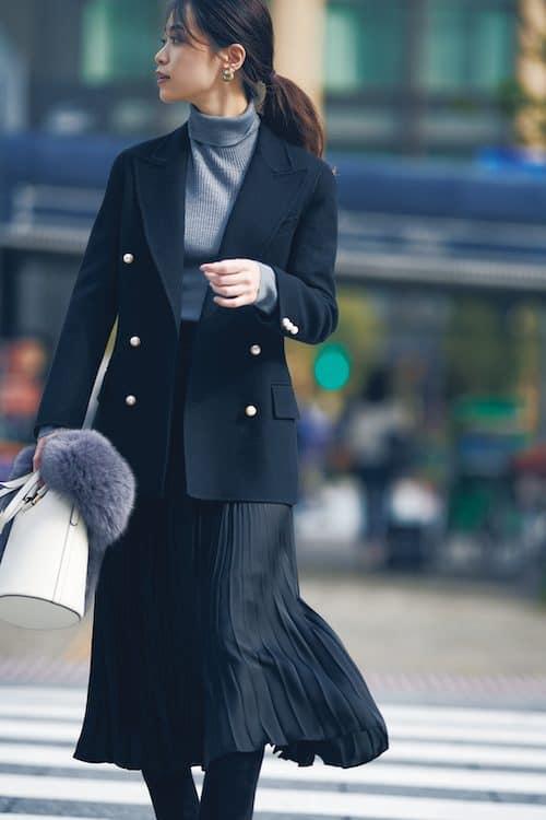 黒のプリーツスカートを上手に着