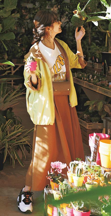 茶色のロングスカートは春の暖色