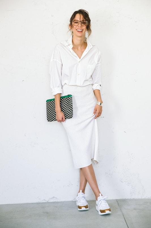 白のタイトスカートには、同色の