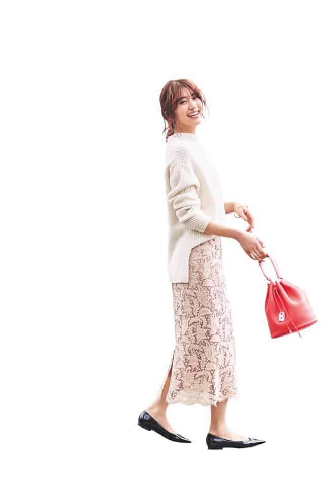 薄いピンクのタイトスカートには