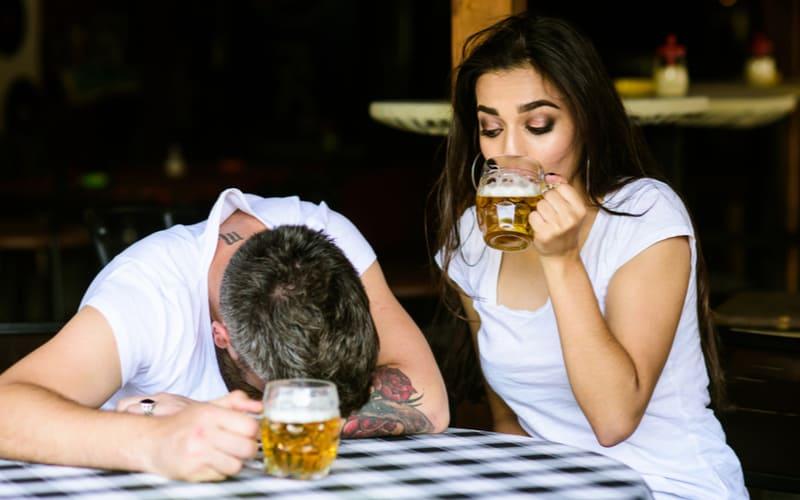 飲み会で…アラサー男性が好きな女性にやりがちな猛烈アピール4つ