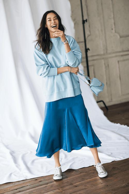 女っぽいブルーのツヤスカート