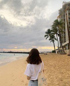 夕陽を見にビーチへ。 雲が多く