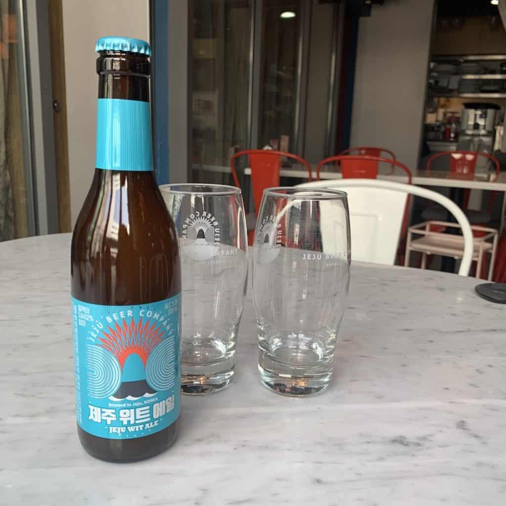 チェジュ産ビールはフルーティーな味。