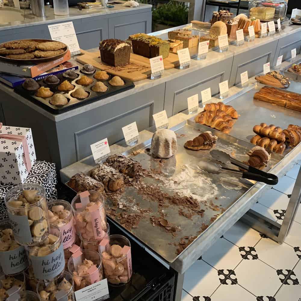 オリジナルスイーツはお店の専属パティシエが作っているそう。夕方には人気のパンが品薄に。