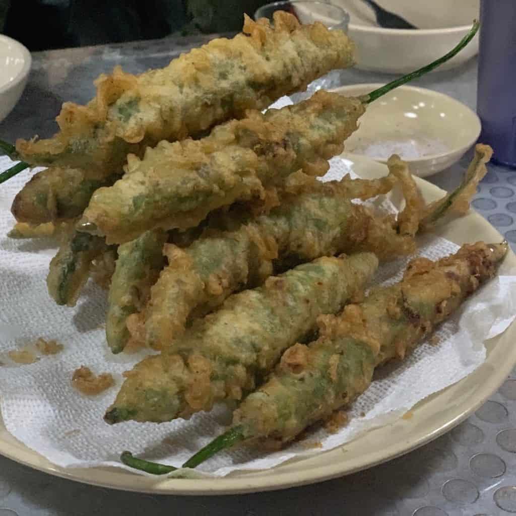 青唐辛子の揚げ物(고추튀김・コチュティギム)は15,000won。ビール片手に揚げたてをいただいて。