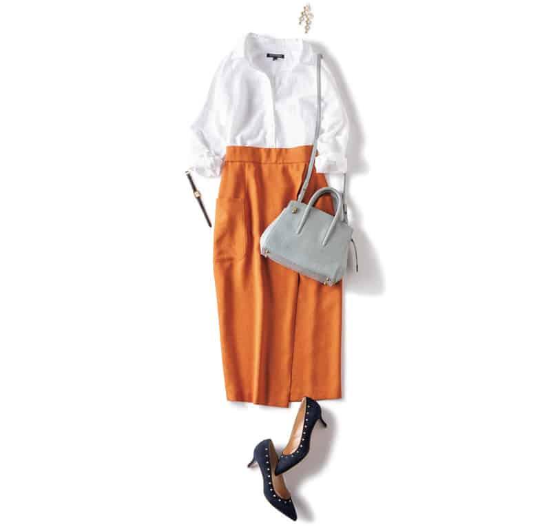 白のリネンシャツをオレンジのタ