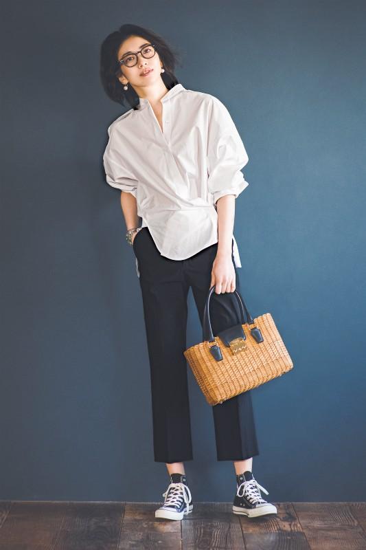 白シャツ×黒パンツのシンプルコ
