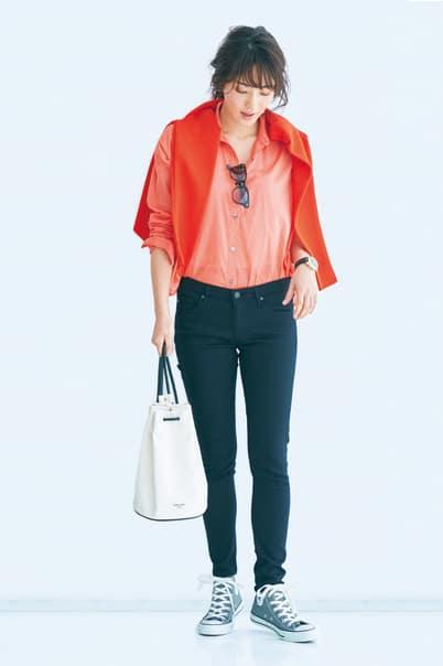 パッと目を引くオレンジのシャツ