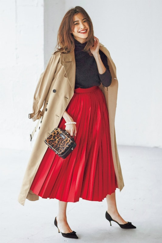 ボリュームのある赤のスカートに