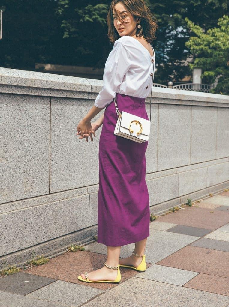 夏は鮮やかカラーのスカートでコ