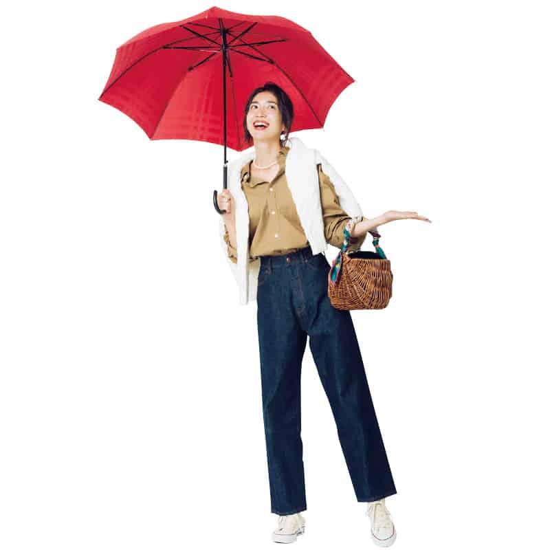 雨の日でも、ワイドパンツなら動
