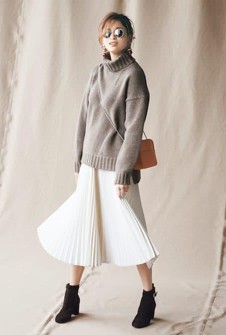 ベージュのニット×白スカートの