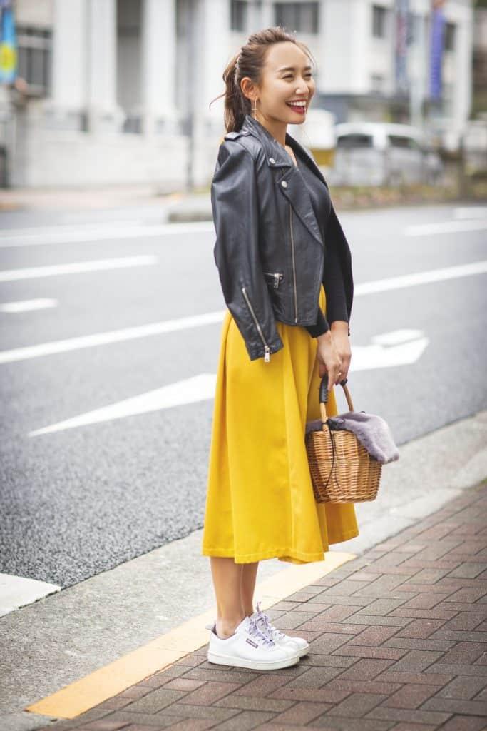スニーカーコーデ16選|アラサー女子向けハイブランド、コンバース、白、黒の着こなしテク