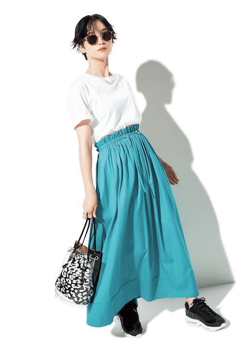 白Tと鮮やかカラースカートのワ