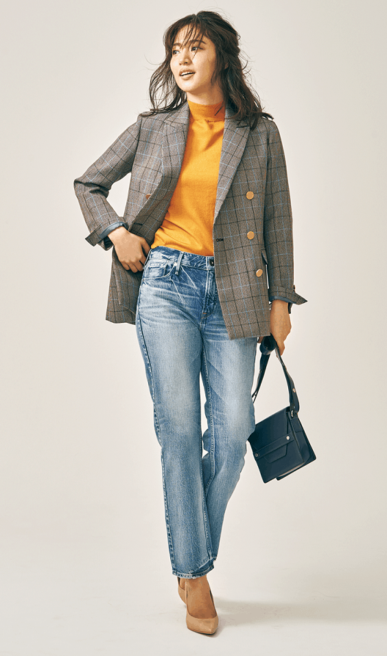 グレーのジャケットは、ラフな色