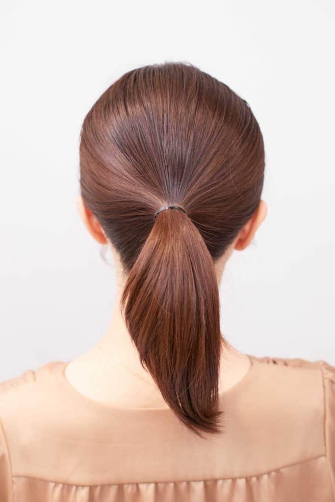 顔周りに後れ毛を残して、重めフ
