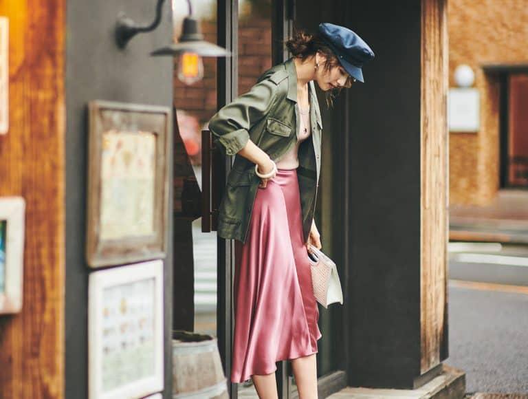 いま一番モテる「カッコいい色×甘めアイテム」コーデ見本【④カーキ×サテン編】