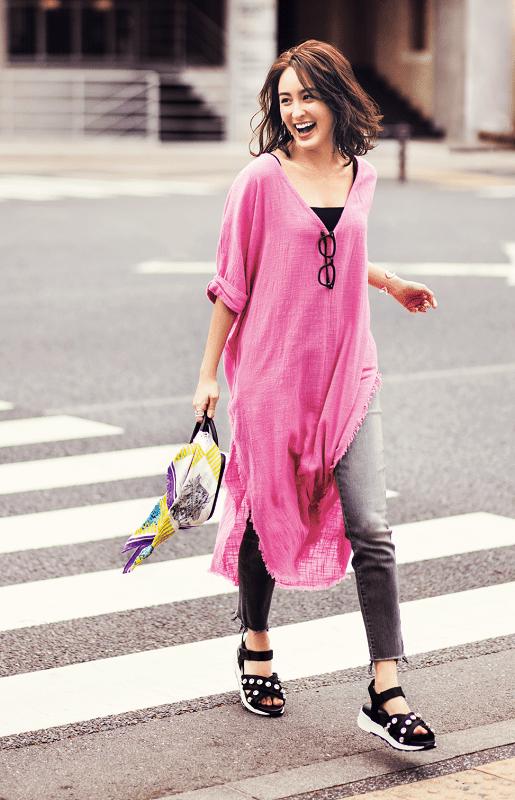 ピンクのTシャツワンピをスタイ