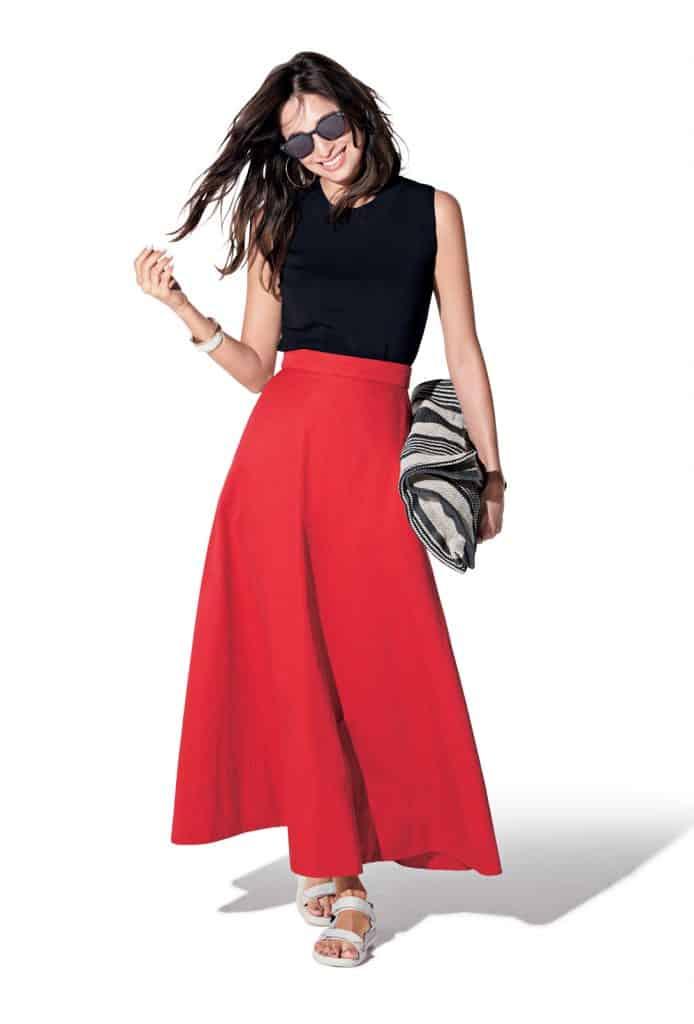 雨の日こそビビッドな赤スカート