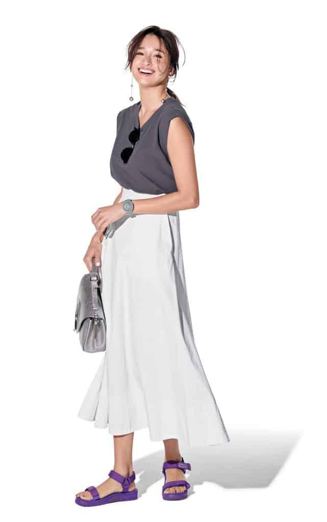 グレーTシャツ×白スカートのシ