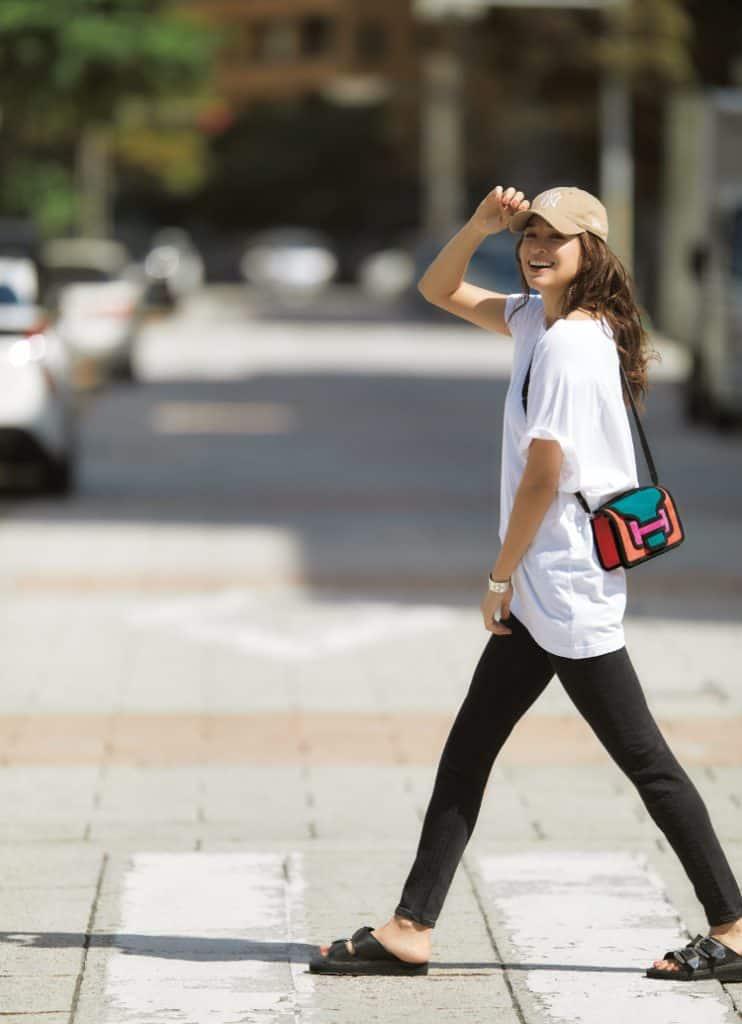 白Tシャツと黒パンツのシンプル