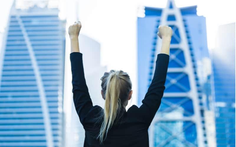 1.口より手を動かす女性