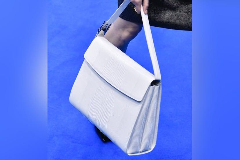 バレンシアガの最新トップハンドルバッグはキレイめの日コーデのお供に!