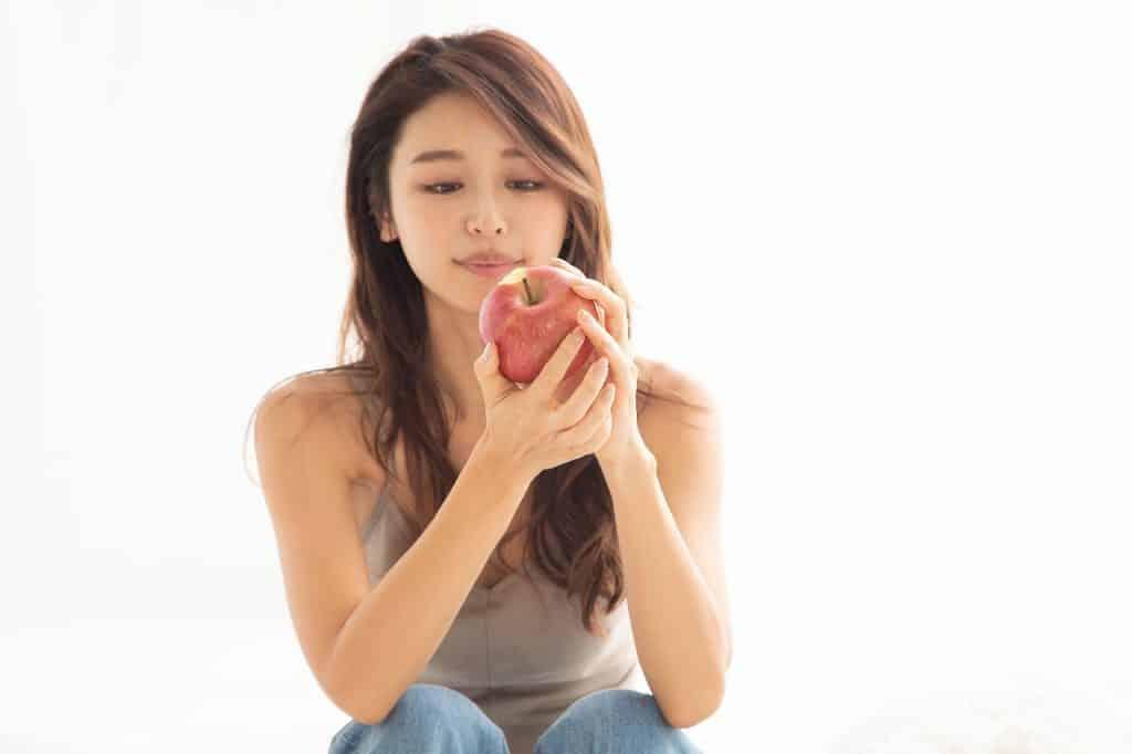 「朝食代わりにりんごを丸かじり