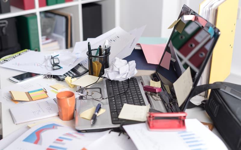 4.机の周りや引き出しが汚い