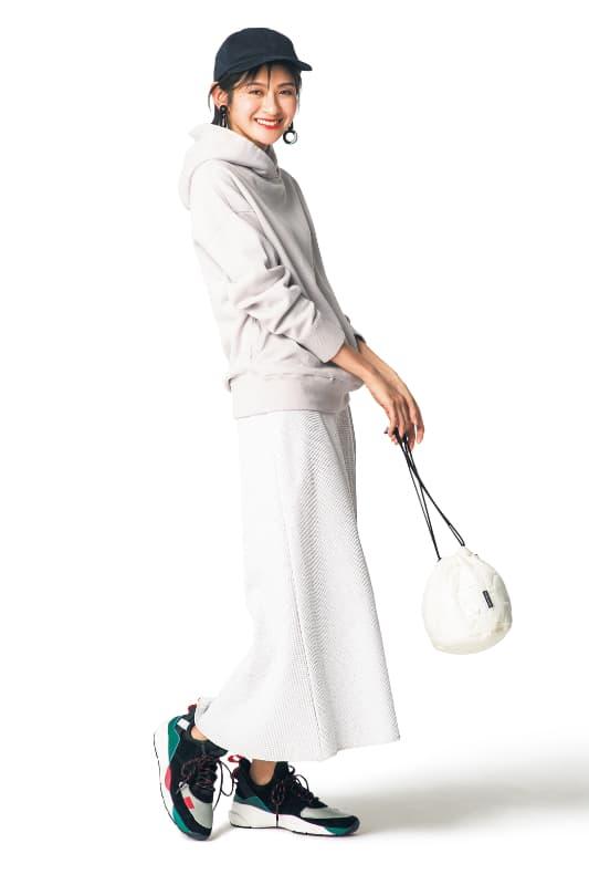 白のフーディに白のスカートを合