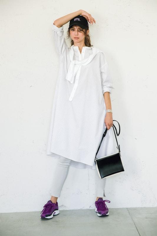 白のシャツワンピと白のレギンス