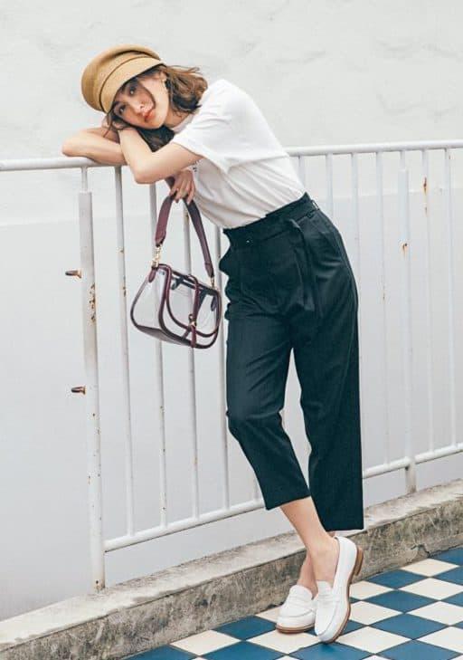 白Tシャツ×黒パンツのシンプル