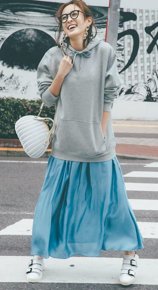 鮮やかな水色スカートをメンズラ
