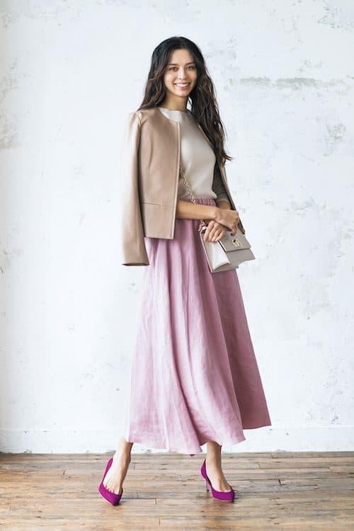 華やかカラーのフレアスカートと