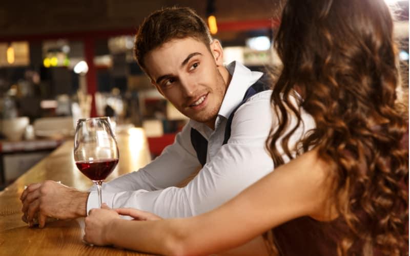 騙されないで! 不倫男が本気で落としたい女性に使う誘い文句3選