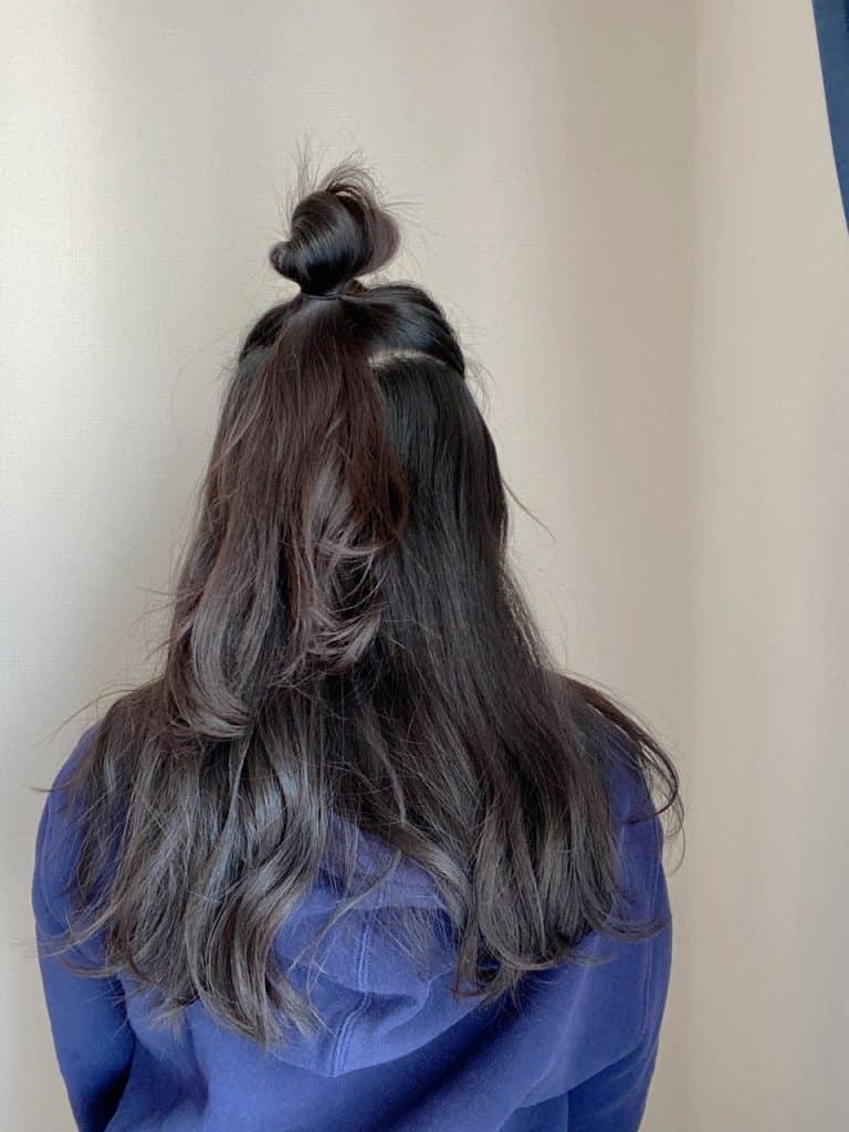 耳より少し上部分の髪を取り、お