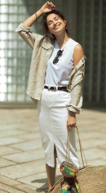 白×白スタイルにベージュのシャ