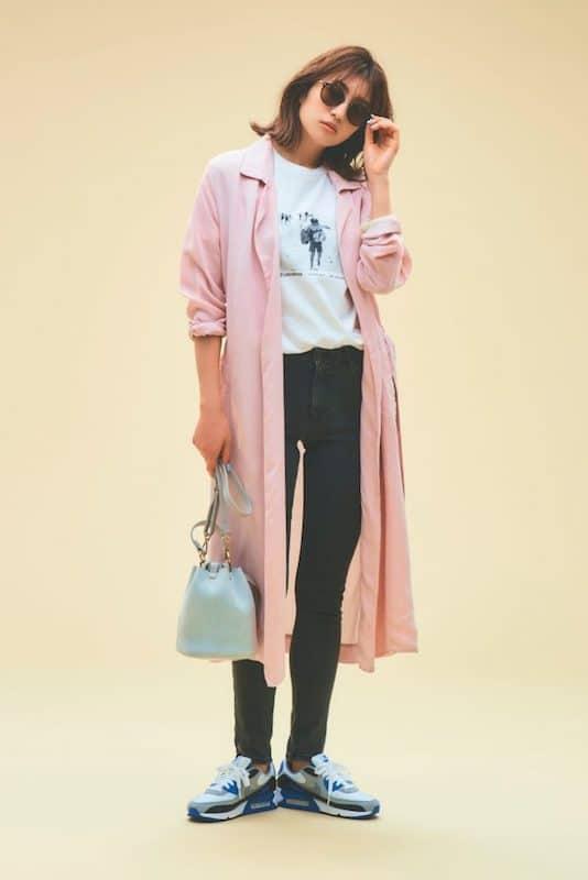 桜色のピンクのコートを主役にす