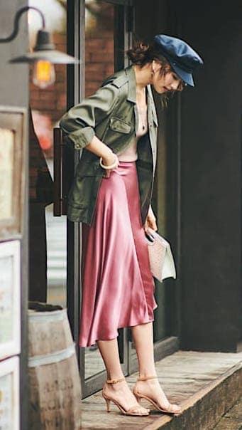 女度が高いピンクのサテンスカー