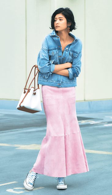 薄いピンクのスカートには、ほど